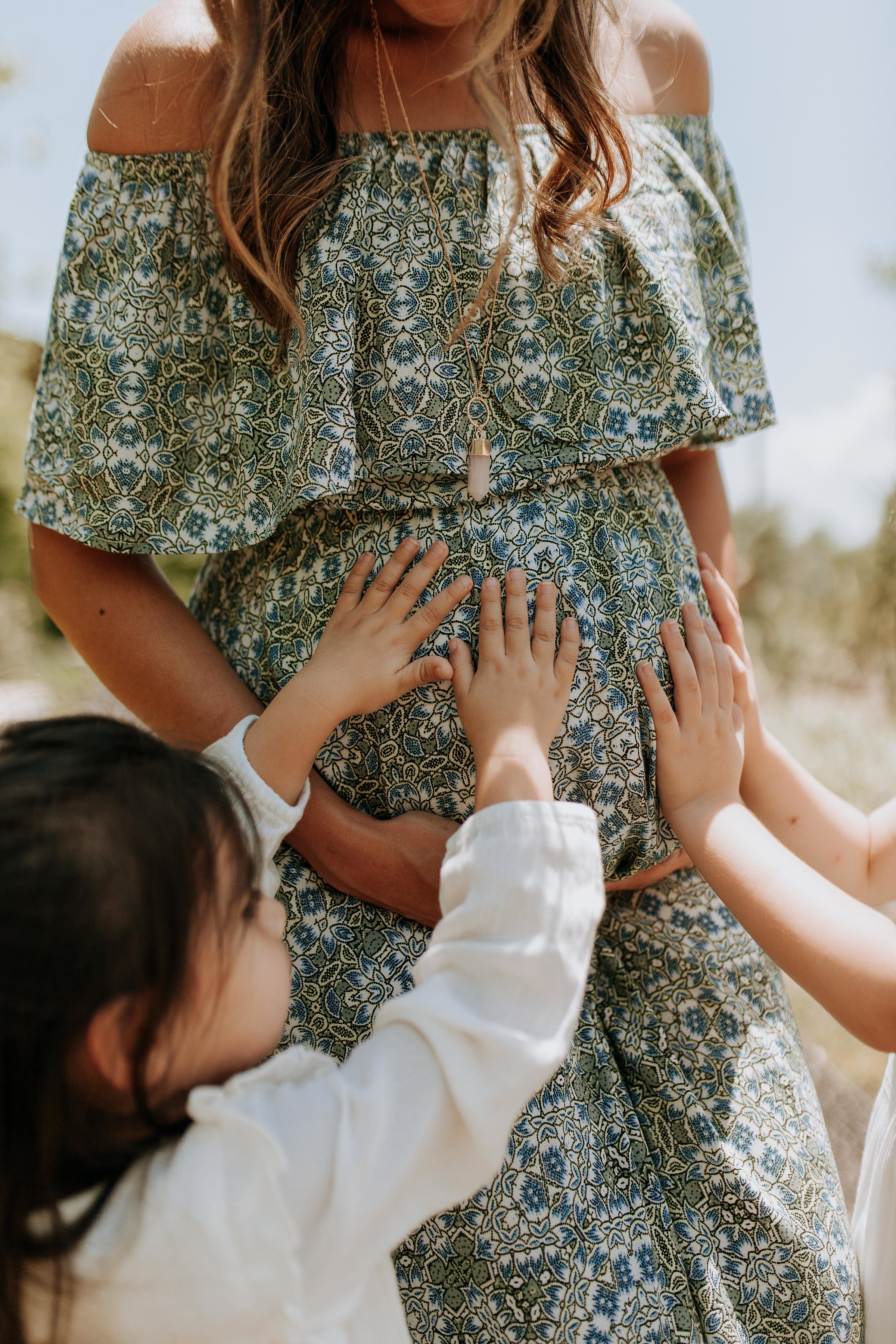 maternity photos, maternity session, maternity photography, family photos, family session, sibling photos, poses, outfits, with siblings, outdoor, ideas, family